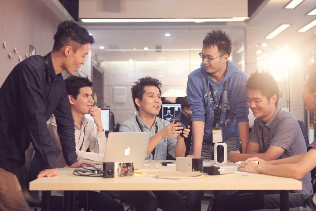 Insta360创始人刘靖康和他的团队成员们